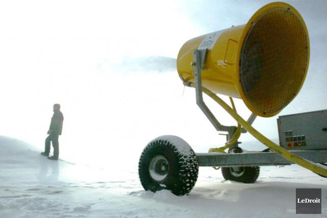 La neige soufflée artificiellement au Domaine des flocons par la firme... (ARCHIVES, LeDroit)