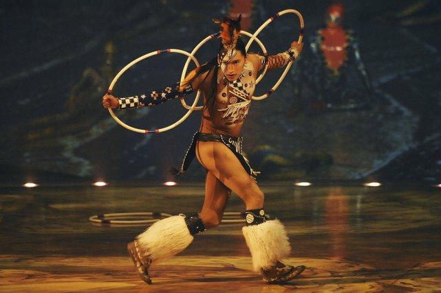 Un second danseur amérindien s'est joint à Totem... (Photo: AFP)