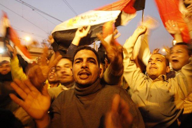 Place Tahrir, les manifestants célèbrent le départ du... (PHOTO: MOHAMMED ABED, AFP)