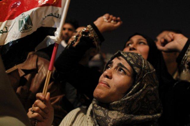 Une femme pleure après l'annonce de la démission... (Photo AP)