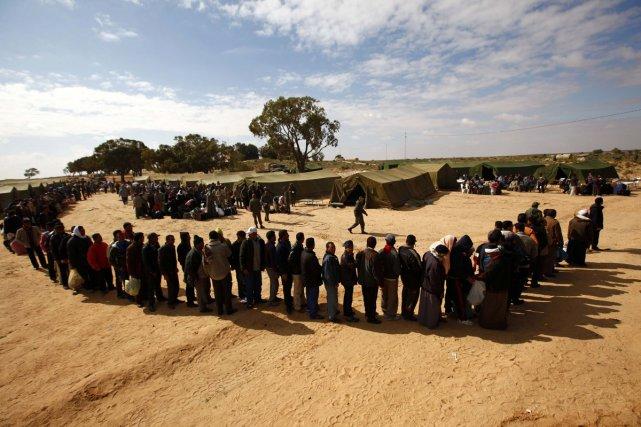 Des travailleurs qui ont fuit la Libye sont... (Photo: Reuters)