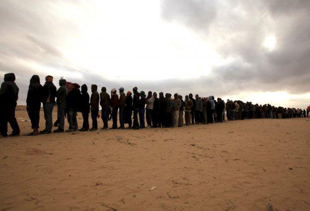 Des dizaines de réfugiés font la file pour... (PHOTO: ZHORA BENSEMRA, REUTERS)