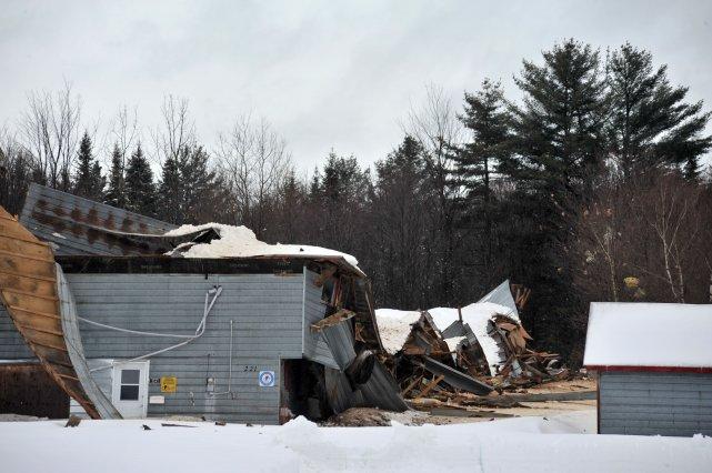 Le toit s 39 croule sous la neige martin lafreni re le for Meuble canadel louiseville