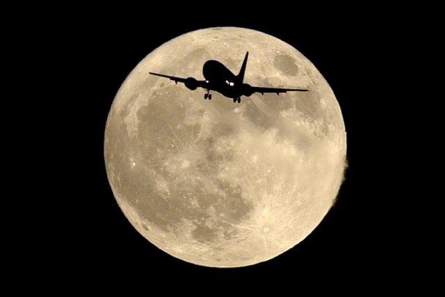 La pleine lune paraît souvent plus grosse quand... (Photo: archives AP)