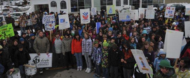 Dans le cadre de la Journée mondiale de l'eau, les 360 étudiants de l'École... (Photo Louis Potvin)