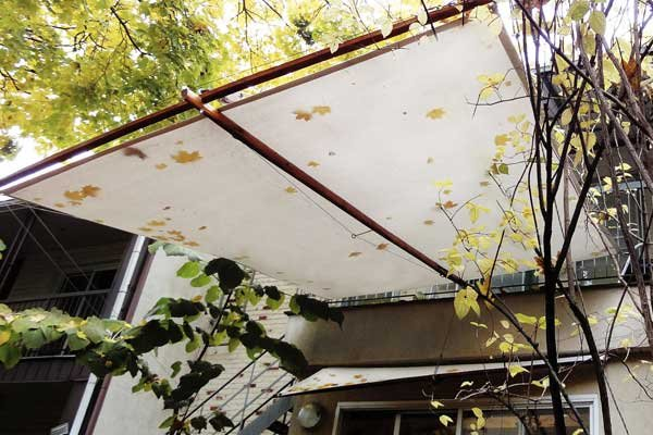 Entre quatre murs des auvents comme des voiles carole - Auvent de jardin en toile ...