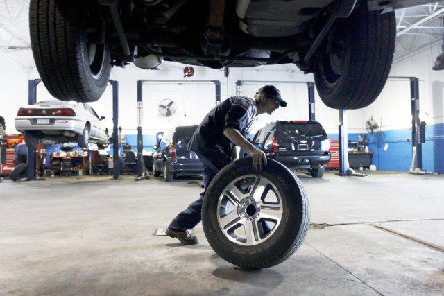 De nouveaux pneus peuvent changer le comportement routier... (Photo archives AP)
