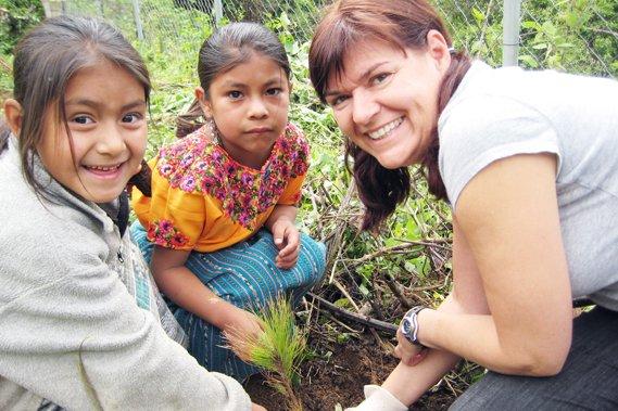 Julie Ayotte, entourée de deux jeunes Guatémaltèques, à... (Horizon Cosmopolite)