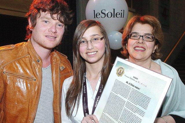 La gagnante du volet écriture, Catherine Ratthé, entourée... (Le Soleil, Jean-Marie Villeneuve)
