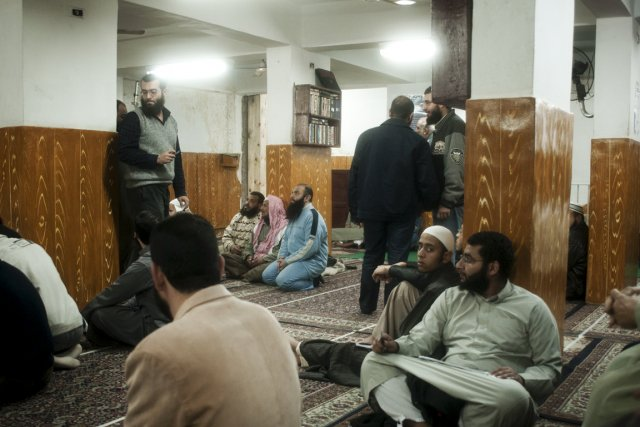 Des fidèles salafistes attendent avant de prier dans... (Photo: The New York Times)
