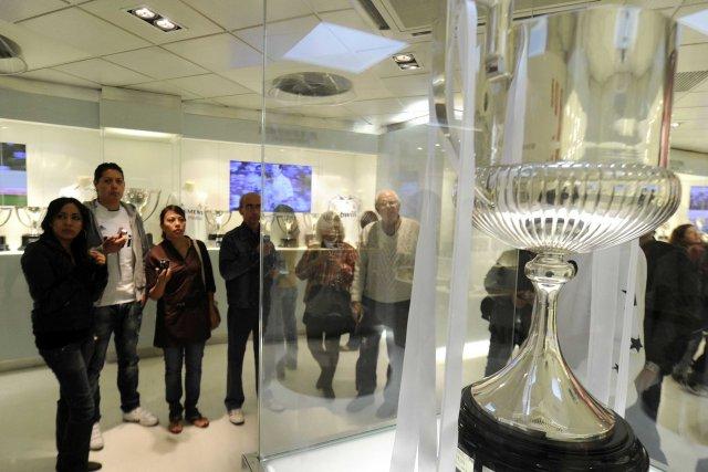 Le real madrid remplace le troph e de la coupe du roi par une copie soccer - Championnat espagnol coupe du roi ...