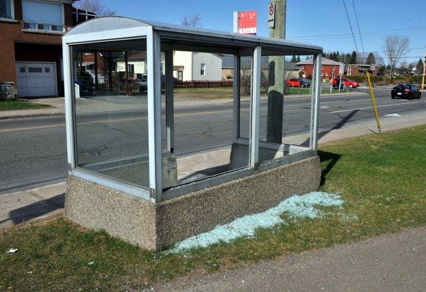 vague de vandalisme sur des abris bus mathieu lamothe. Black Bedroom Furniture Sets. Home Design Ideas