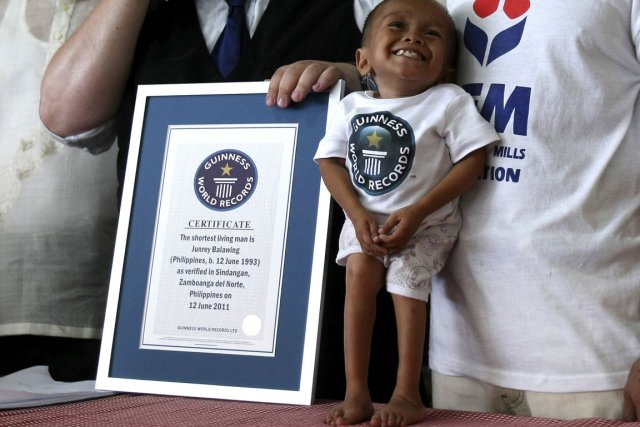 Record Guiness L Homme Le Plus Petit Du Monde Est Un Philippin