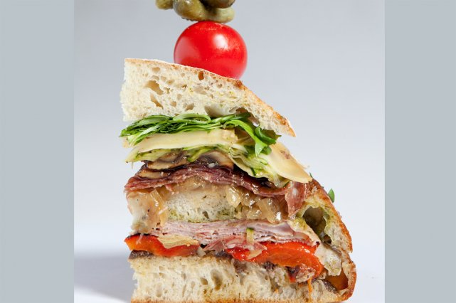 Explosion de saveurs intenses dans cet immense sandwich façon «club»,  avec... (Photo: Marco Campanozzi, La Presse)