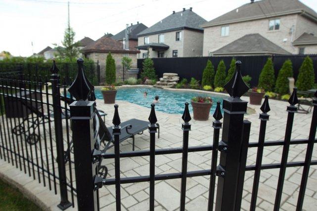 la piscine cl tur e ne fait pas l 39 unanimit danielle bonneau piscines et spas. Black Bedroom Furniture Sets. Home Design Ideas