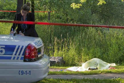 Le cadavre d'un homme non identifié repose au... (Photo: Hugo-Sebastien Aubert, La Presse)
