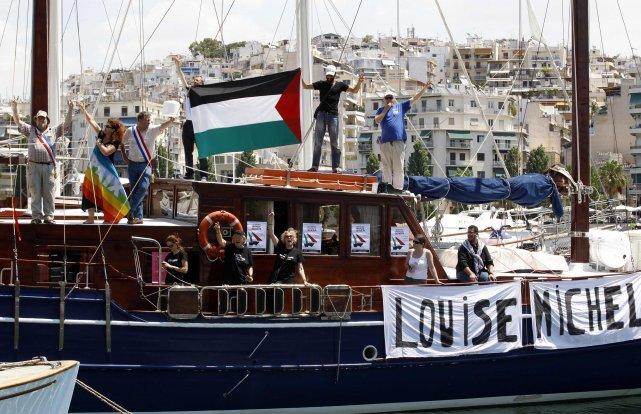 Lundi matin, l'équipage du bateau français Louise Michel... (PHOTO: YIORGOS KARAHALIS, REUTERS)