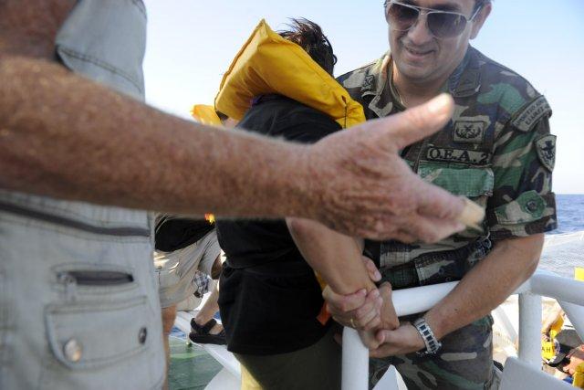 Des militaires grecs montent à bord du Tahrir,... (Photo: Jim Rankin, Toronto Star)