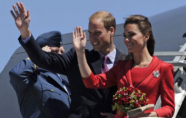 Kate et William saluent la foule avant de... (AFP)