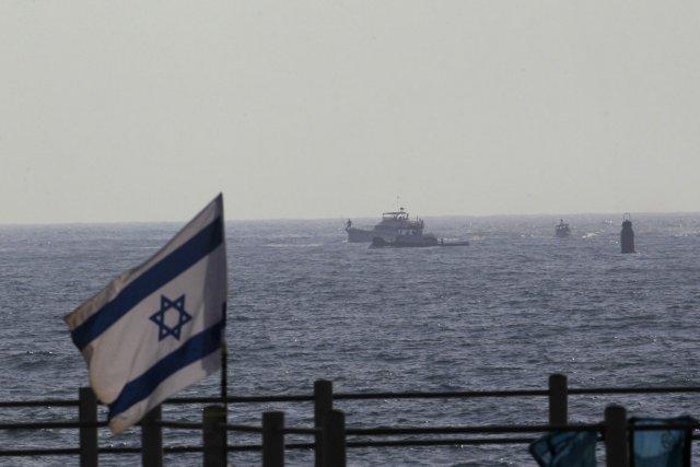 Un navire de la marine israélienne escorte le... (Photo: Ronen Zvulun, Reuters)