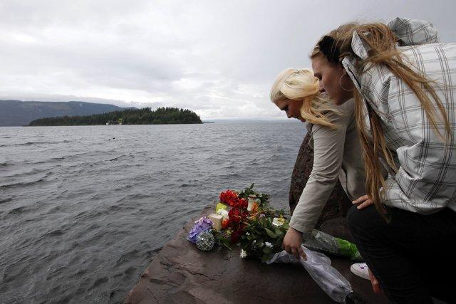 Deux jeunes femmes déposent des fleurs à l'île... (Photo: Reuters)
