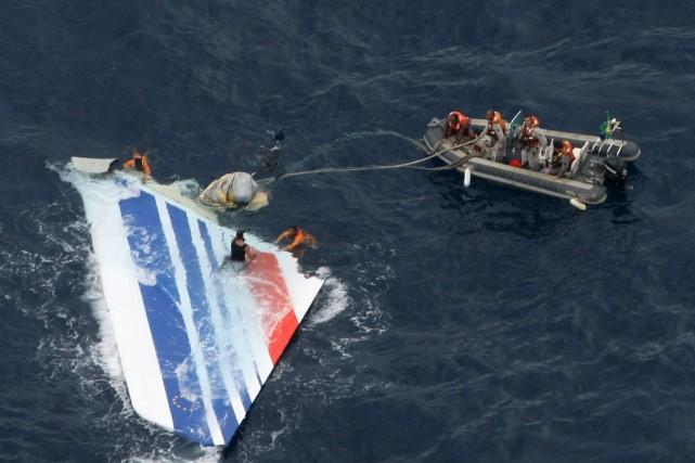 Des débris de l'avion d'Air France, vol 447,... (PHOTO ARCHIVES REUTERS)