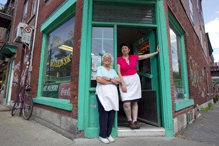 Ruth et Sharon Wilensky devant le restaurant, sur... (Photo: Alain Roberge, La Presse)