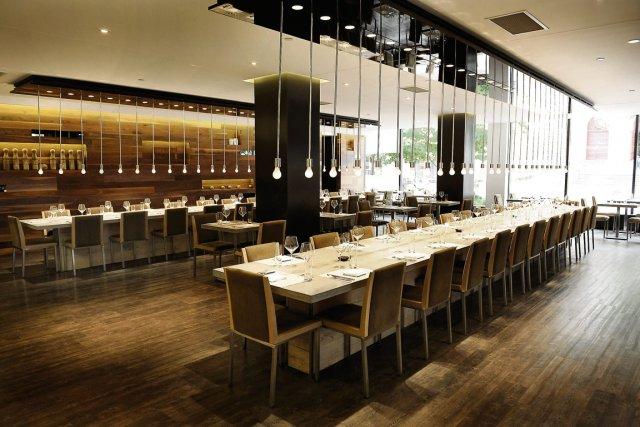 Restaurant table grand espace pour petits plats - Table pour diner ...