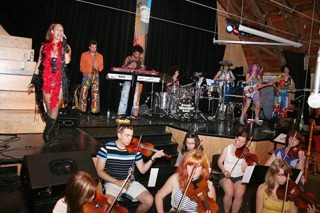Aux 10 musiciens du Boogie Wonder Band, qui... (Marc Larouche, collaboration spéciale)