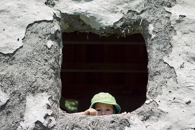 Une cabane d'argile, construite par les parents et... (Photo: Marco Campanozzi, La Presse)