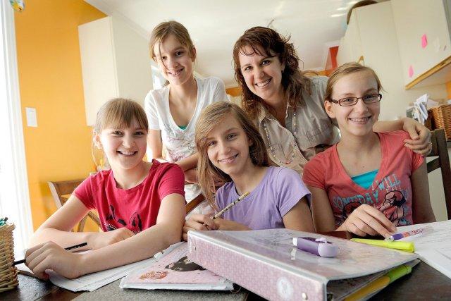 Annie Giguère enseigne à ses quatre filles :... (Le Soleil, Patrice Laroche)