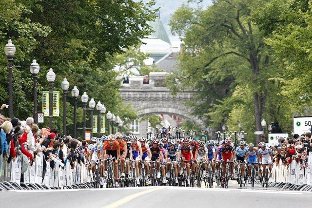 Les cyclistes se disputent chaque centimètre d'asphalte lors... (Photothèque Le Soleil, Laetitia Deconinck)