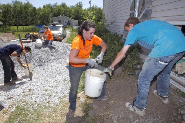 Des bénévoles aident des victimes d'inondations à Noyan.... (Photo: archives La Presse)