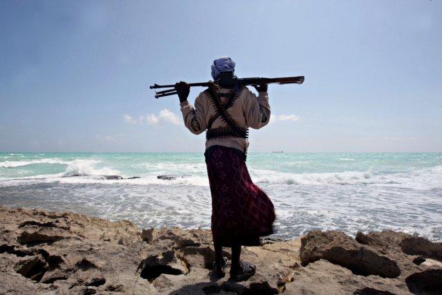Un pirate somalien observe la côte alors qu'un... (Photo d'archives AFP)
