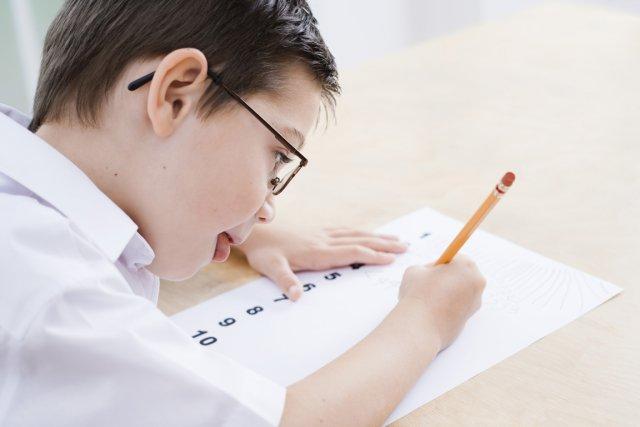 Timothée est en deuxième année et il s'ennuie en classe... il faut dire  qu'il... (Photos.com)
