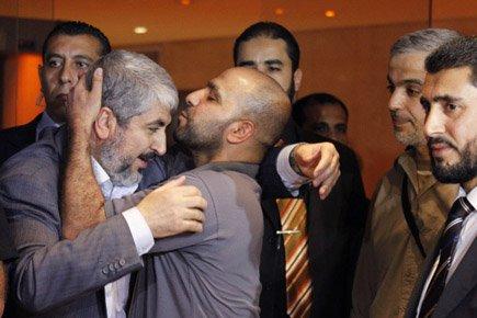 Un prisonnier libéré embrasse le leader exilé du... (Photo: Reuters)