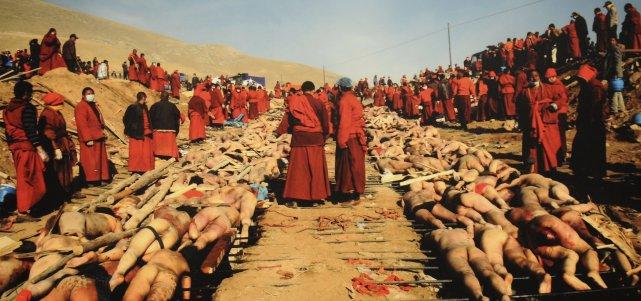 Des moines tibétains se préparent à Yushu, province... ((Photo Guang Niu, photoreproduction Rocket Lavoie))