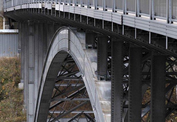 Le pont d'aluminium qui enjambe la rivière Saguenay,... (Le Quotidien, Rocket Lavoie)