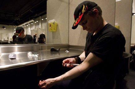 Un utilisateur de morphine s'injecte la drogue dans... (Photo: PC)
