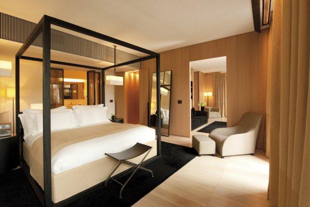 Une des suites, avec lit à baldaquin, de... (Photo: fournie par Bulgari Hotels & Resorts)