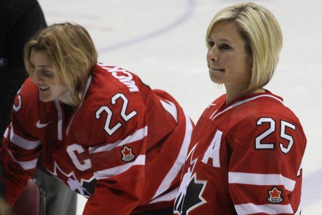 La capitaine de l'équipe, Hayley Wickenheiser, accopmagné de... (Photo: Paul Daly, PC (Archives))