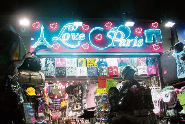 Les enseignes en anglais sont nombreuses à Paris,... (Collaboration spéciale, Valérie Gaudreau)