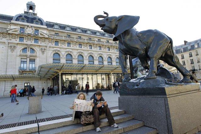 Des touristes devant le Musée d'Orsay, à Paris.... (Photo: AFP)