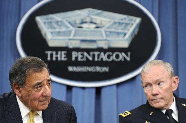 Le chef du Pentagone Leon Panetta (à gauche)... (Photo: Jonathan Ernst, Reuters)