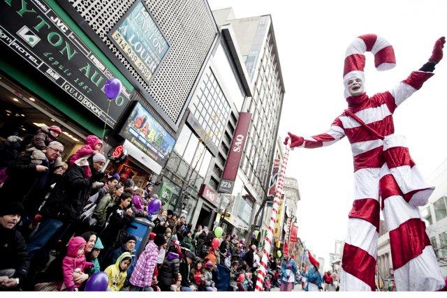 La parade du père Noël a eu lieu... (Photo: Marco Campanozzi, La Presse)