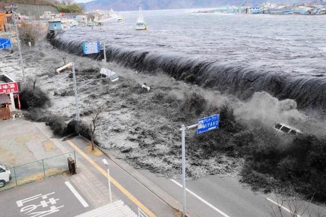 Une vague causée par le tsunami déferle sur... (Photo: Mainichi Shimbun, Archives Reuters)