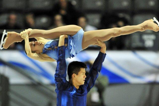Mervin Tran soulève sa partenaire Narumi Takahashi.... (Photo: Paul Chiasson, PC)