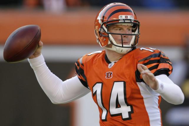 Le quart-arrière des Bengals Andy Dalton a complété... (Archives, Associated Press)