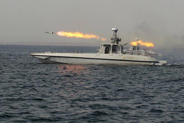 Un bateau militaire iranien tire un missile près... (Photo: Reuters)