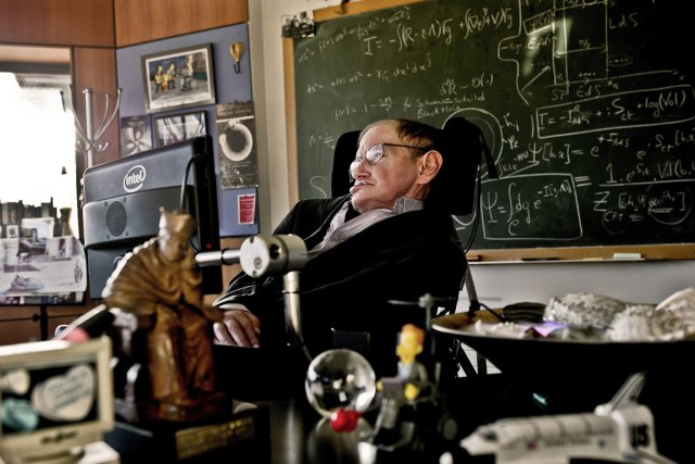 L'astrophysicien britannique Stephen Hawking dans son bureau de l'Université... (Photo: AFP/London Science Museum)